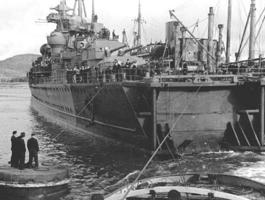 Les projets de bateaux de l'axe(toutes marques et toutes échelles confondues). - Page 3 Kriegsmarine-Cruiser-KMS-Prinz-Eugen-Moored-alongside-repair-vessel-Huscaran-01